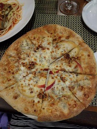 Olney, MD : Apple & Gorgonzola pizza (sans onion)