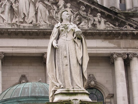 Greystones, İrlanda: Statue of Queen Victoria at Belfast City Hall