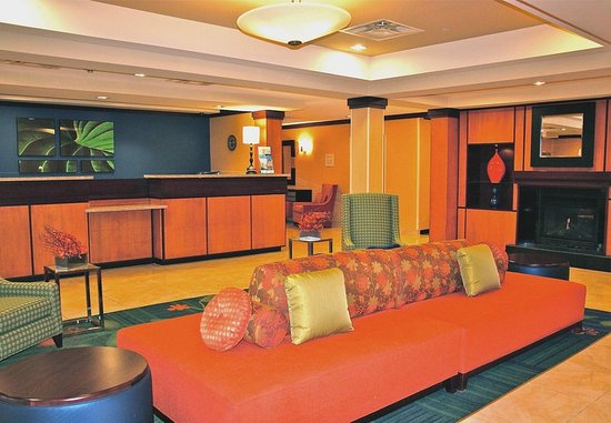 Austintown, OH: Front Desk & Lobby