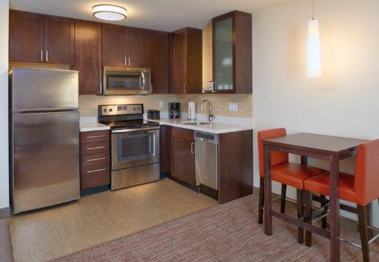 Bolingbrook, Илинойс: One-Bedroom Suite - Kitchen