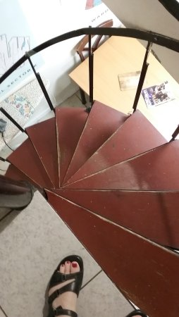 Hamilton Guesthouse: Use care when going down this spiral staircase!