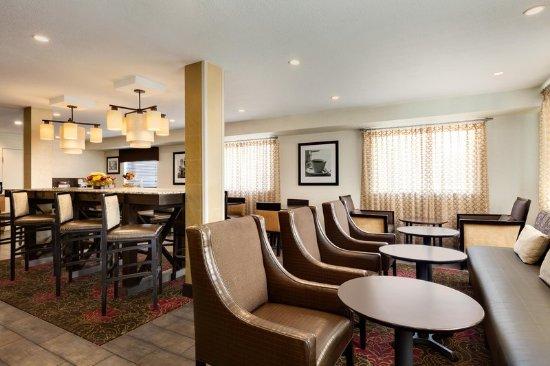 Hampton Inn Portland Clackamas: Lobby Area