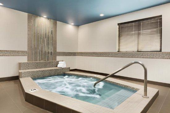 Hampton Inn Portland Clackamas: Whirlpool