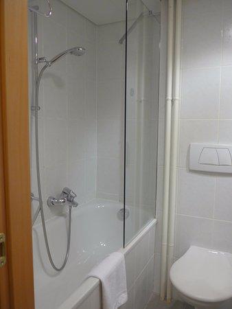 Hotel Royal: バスタブに透明な板が取り付けられている。