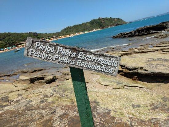 Tartaruga Beach : Aviso de pedra escorregadia no caminho de pedras que adentra a praia