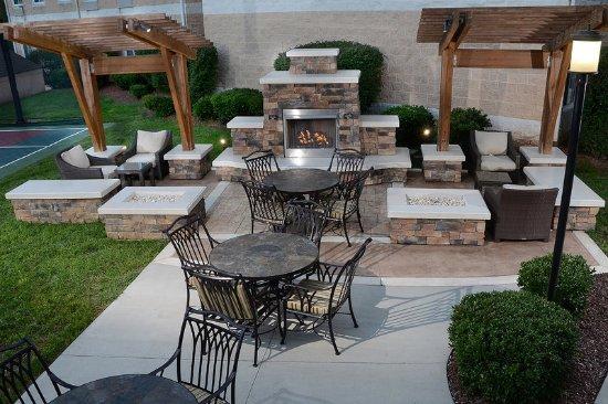 มอร์ริสวิลล์, นอร์ทแคโรไลนา: Our outdoor seating is the perfect setting to relax in the evening