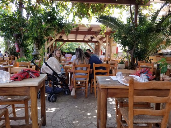 Kaliviani, Greece: Wonderful outdoor dining area.