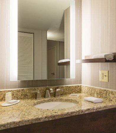 Courtyard Nashville Downtown: Guest Bathroom   Vanity