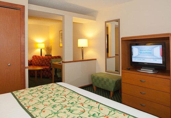 Streetsboro, OH: King Suite Sleeping Area