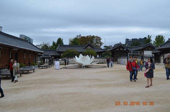 Namsangol Hanok Village : centre court