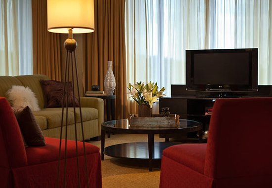 Coralville Marriott Hotel & Conference Center: Presidential Suite - Living Room