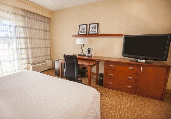 Highland Park, IL: Queen/Queen Guest Room - Work Desk