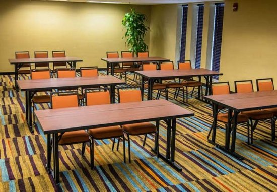 Fairfield Inn & Suites Cincinnati North / Sharonville : Chester Meeting Room – Classroom Setup