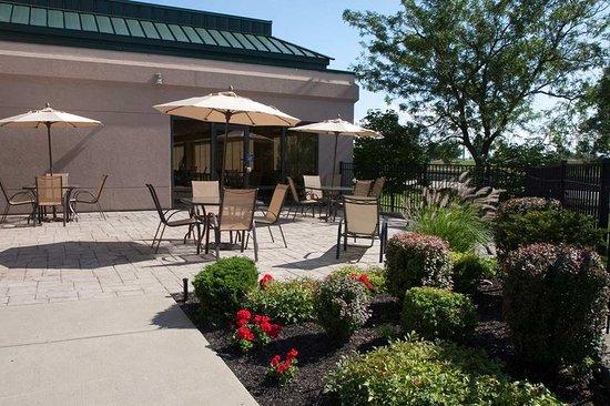 West Seneca, NY: Outdoor Patio Area