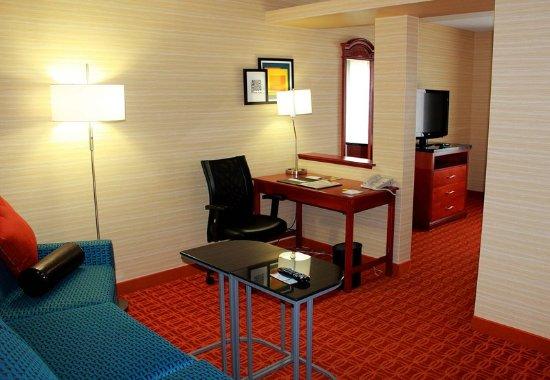 Farmington Hills, MI: King Suite Living Area