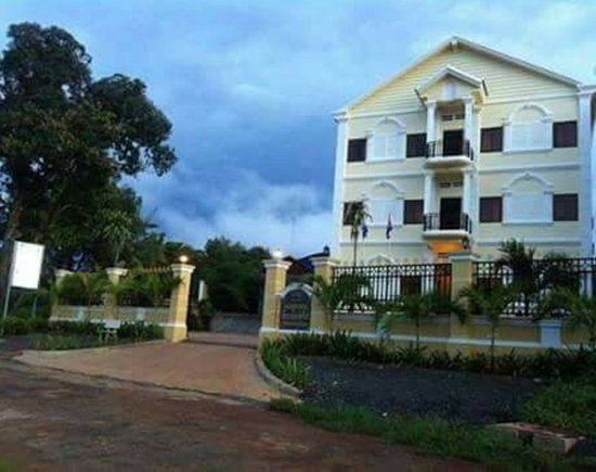 Banlung, Cambodia: The beautiful view of Flashpacker Pad from the front.