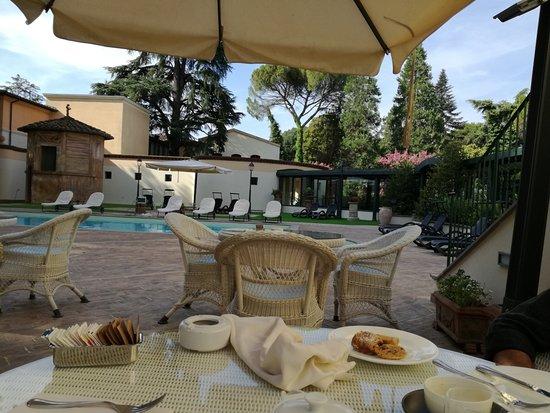 San Martino in Campo, Italia: buiten ontbijten