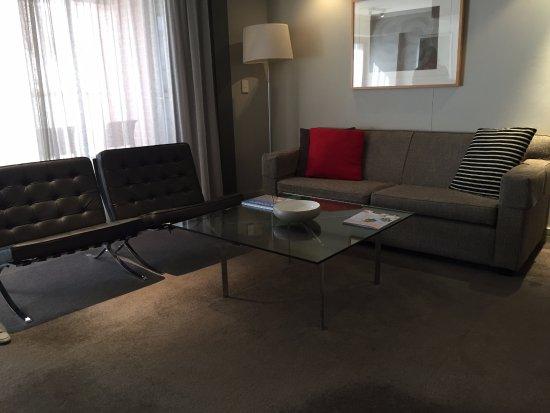 Adina Apartment Hotel Sydney Town Hall: Living room