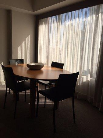 Adina Apartment Hotel Sydney Town Hall: Dining area