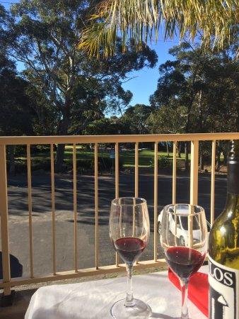 Huskisson, Austrália: Balcony room view to park and beach in background