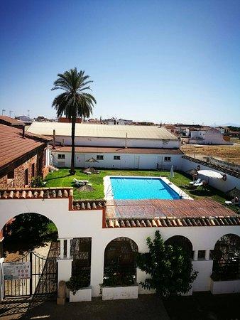 Marmolejo, Spain: Vistas desde la habitación a la piscina y zonas verdes