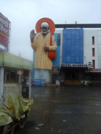 Shri Saibaba Sansthan Temple: sai baba big statue