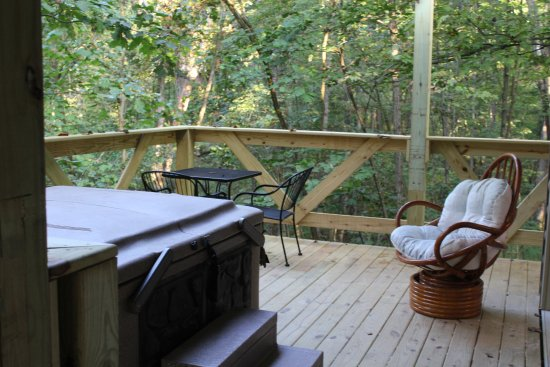 Logan, OH: Hot tub and back porch of the Tree House