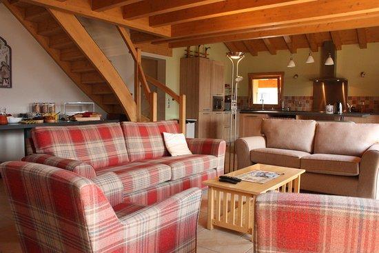 Chalets La Terrasse de Verchaix : Open plan lounge area with south facing balcony