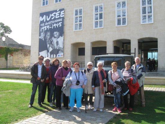 Seniors de BEZONS (Val d'Oise) devant le Mémorial des civils  Guerre 39/45 à FALAISE