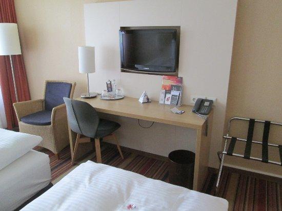 H+ Hotel Bochum: Schreibtisch mit TV-Gerät