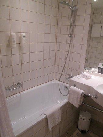 H+ Hotel Bochum: Badewanne, Duscheinrichtung