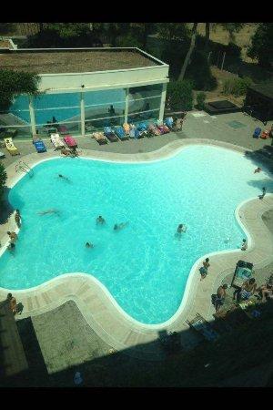 Nicotel Pineto: Vista panoramica della piscina scattata dall'ascensore esterno dell'hotel