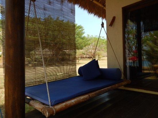 Desa Sekotong Barat, Indonesia: Day bed at front of beachfront bungalow