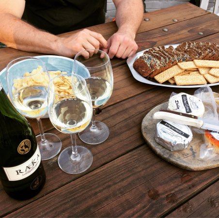 Херманус, Южная Африка: The four cheeses we purchased and our cheese with the Raka Sauvignon Blanc. The cheese tasting a