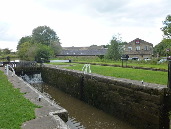 Gargrave, UK: Lock 33 next to Premier Inn