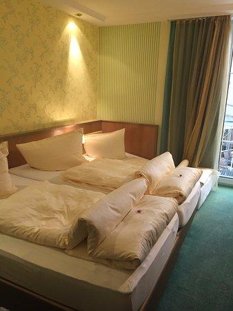 Horgau, Alemania: Our triple room.