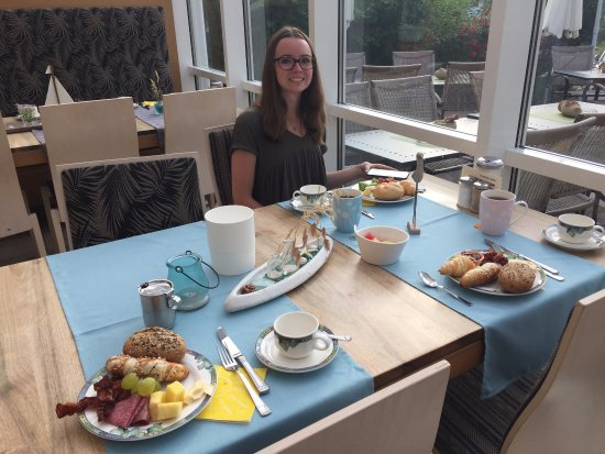 Horgau, Alemania: Our breakfast table.