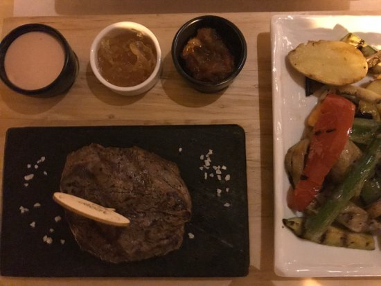 Перайя, Греция: Steak à point mit Chutney/Soßen und Beilagen