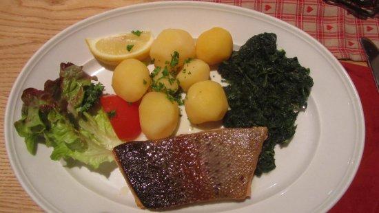 Grasbrunn, Alemanha: Trota con spinaci al burro e patate lesse