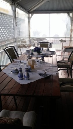 Inglebrae B&B: Front porch for breakfast, ver foogy 2nd day