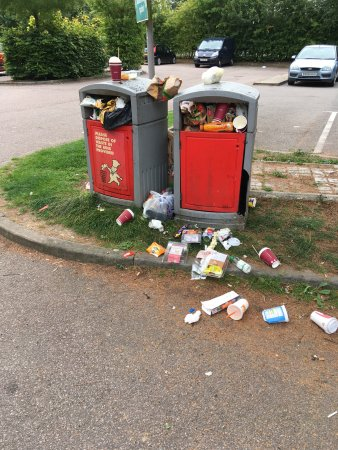 Great Abington, UK: Disgraceful bins in Fourwentways services