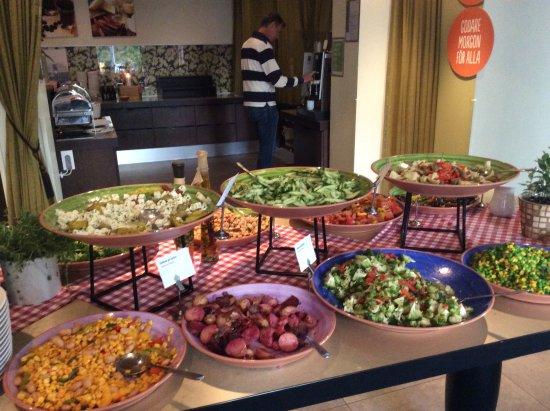 Restaurant Frimis: Ett stort salladsbord med de flesta grönsaker man kan tänka sig.