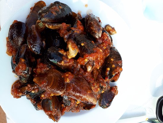 Kavarna, بلغاريا: mussels in frying pan, spicy sauce and that's all