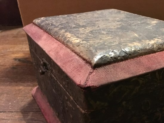 Nitro, Virginia Occidental: Antique sewing box.  Mid 1800s. Embossed leather,..