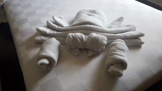 Satriya Cottages: Crab towel arrangement