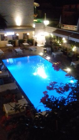 Hotel Telesilla: Evening dining round pool