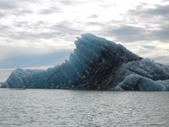 Hofn, Islandia: Interesting color hue change. This iceberg was not far from Breiðamerkurjökull.