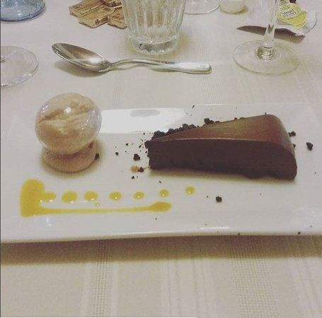 Kremmling, CO: Delicious chocolate torte with a sugar bubble of chocolate mousse