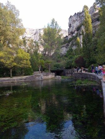 Fontaine de Vaucluse, Francja: les bords de la Sorgue pour rejoindre le gouffre