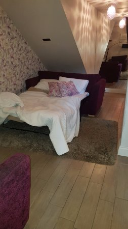 Orsett, UK: sofa bed but only 2 blankets supplied
